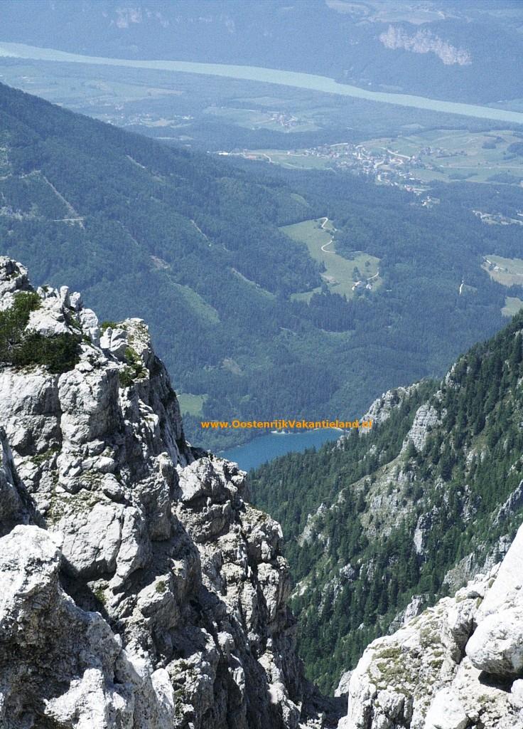 De machtige Karawanken in het zuidoosten vormen de natuurlijke grens met Slovenië.De machtige Karawanken in het zuidoosten vormen de natuurlijke grens met Slovenië.